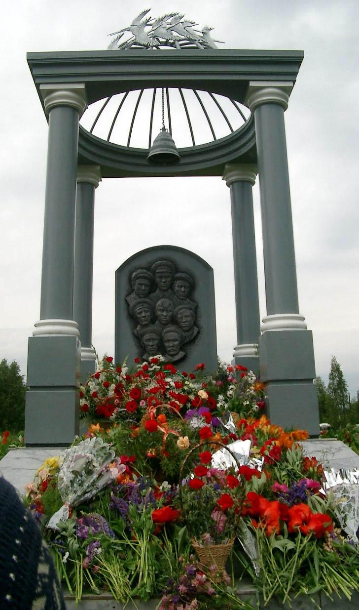 Памятник Сидоровым в Малой Сюге
