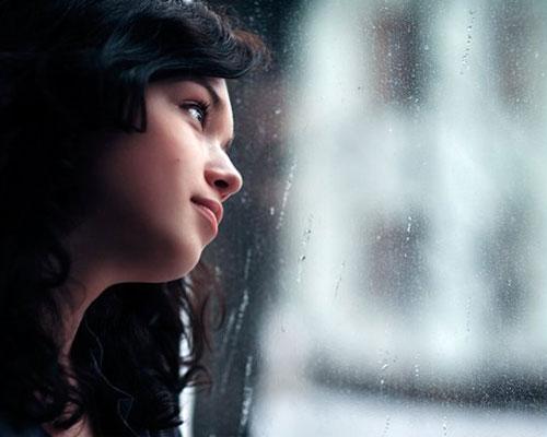 Девушка мечтает у окна