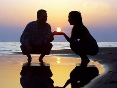 Молодая пара на берегу моря