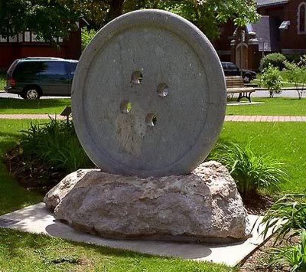 Памятник пуговице