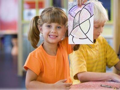 Девочка рисует