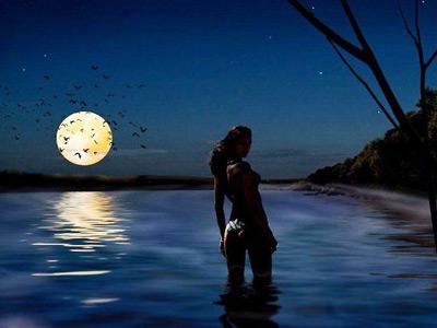 Девушка купается ночью