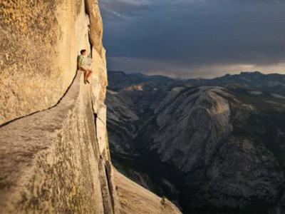 Мужчина сидит на скале