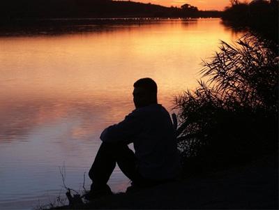 Мужчина сидит в одиночестве