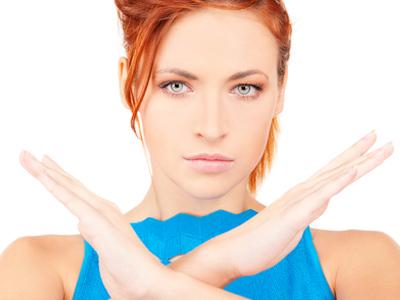 Женщина отказывает, скрестив руки