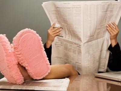 Беспечный человек читает газету