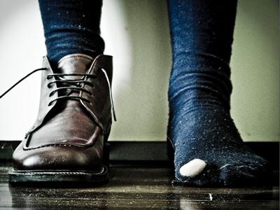 одна нога в ботинке, другая в дырявом носке