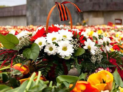 Корзина цветов у памятника