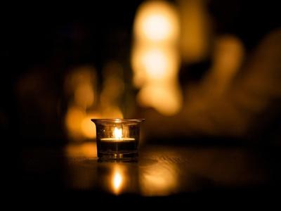Горит свеча на столе