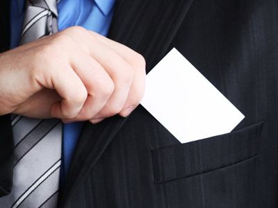 Мужчина дает визитку