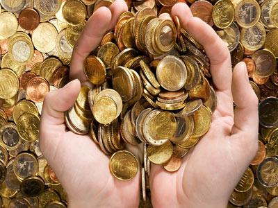 Горсть монет в руках