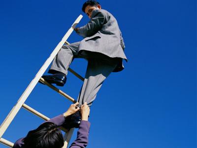 один человек поднимается по лестнице, другой его останавливает