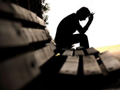 Человек сидит в одиночестве