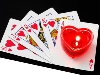 колода карт и красная свеча