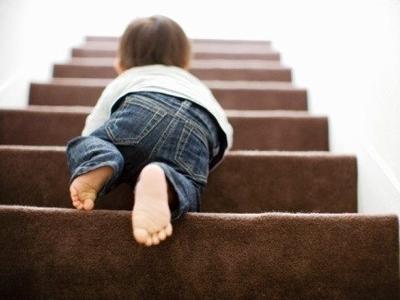Малыш ползет по лестнице
