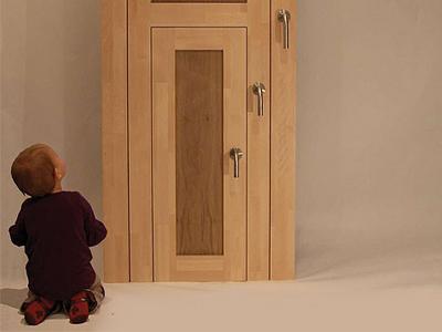 Малыш сидит около необычной двери
