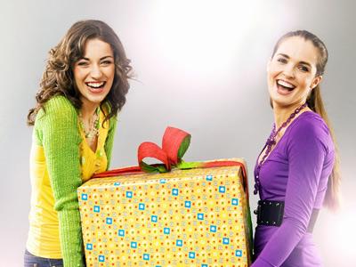 Две девушки с радостью дарят подарок