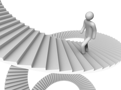 Человек идет по лестнице