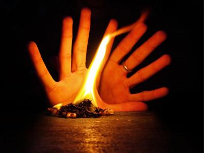 Пламя свечи и ладони
