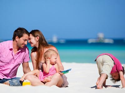 Семья с детьми на берегу моря