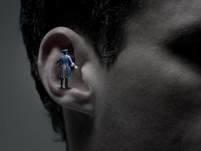 Маленький человечек говорит в большое ухо