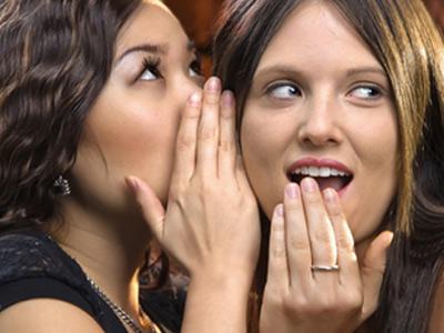 Девушки секретничают