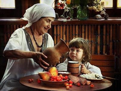 Внучка с бабушкой в деревне