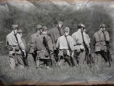 Уходят солдаты с поля боя