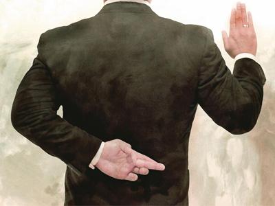 Мужчина стоит спиной, спрятав за спину левую руку