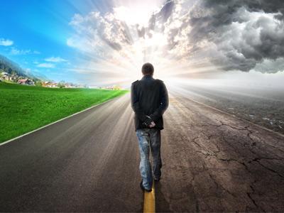 Человек идущий по дороге жизни