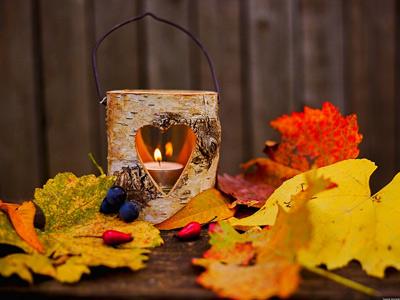 Осенние листья и свеча в березовом подсвечнике