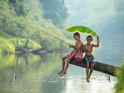 По-настоящему счастливые дети ловят рыбу