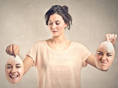 Женщина выбирает маски для лица