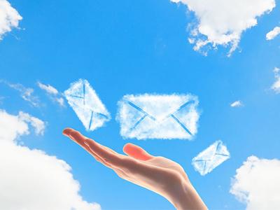 Рука отправляет во Вселенную заказ в голубых конвертах