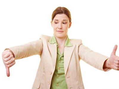 Женщина показывает знаки неудачи и удачи