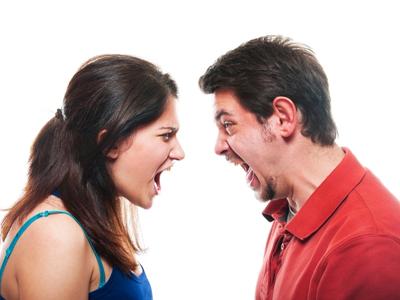 Мужчина и женщина гневаются друг на друга