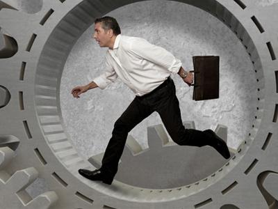 Мужчина бежит по кругу нескончаемых дел